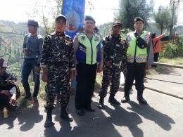 Petugas kepolisian Polsek Poncokusumo dan Banser NU. Dokpri