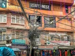 Coba Perhatikan, Ini Kabel Mbulet Atau Rumah Tawon ?