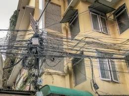 Setiap Seratus Meter Ada Tiang Dengan Kabel Mbulet Ruwet