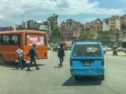 Kelakuan Sopir Angkot Kathmandu Sama Saja Putar Balik Sembarangan