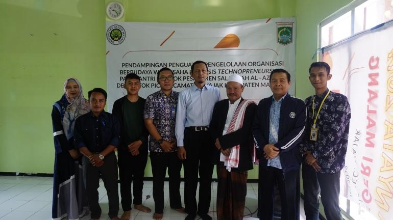 Pihak LP2M UM dan Mahasiswa KKN bersama Pemilik Pondok Pesantren. Source: Dokumen Penulis