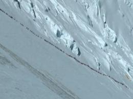 Turis Yang Berbondong Bondong Mendaki Naik Keatas Gunung. Semua Gembira Ceria Bersama Pemandu Lewat Jalan Setapak Yang Dibuat Khusus Untuk Turis Sangat Aman Asal Mengikuti Arahan Tour Guide/dokpri