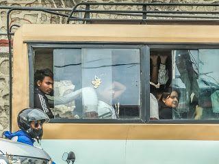 Penumpang Bus Kota Di Kathmandu Kaca Dibuka Karena Tanpa AC (dok. pribadi)