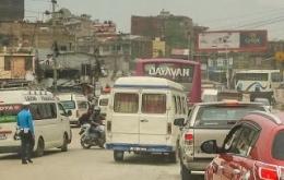 Polisi Kathmandu Pening Mengatur Lalu Lintas Karena Tidak Ada Traffic Light Dan Pembatas Jalan (dok. pribadi)
