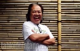 Tawa bahagia Arswendo yang selalu terpancar ketika dipotret. (Tabloidbintang.com)