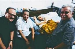 Arswendo Atmowiloto yang terbaring karena sakit kanker prostat dijenguk sahabat: Slamet Rahardjo dan Eros Djarot   matamata.com