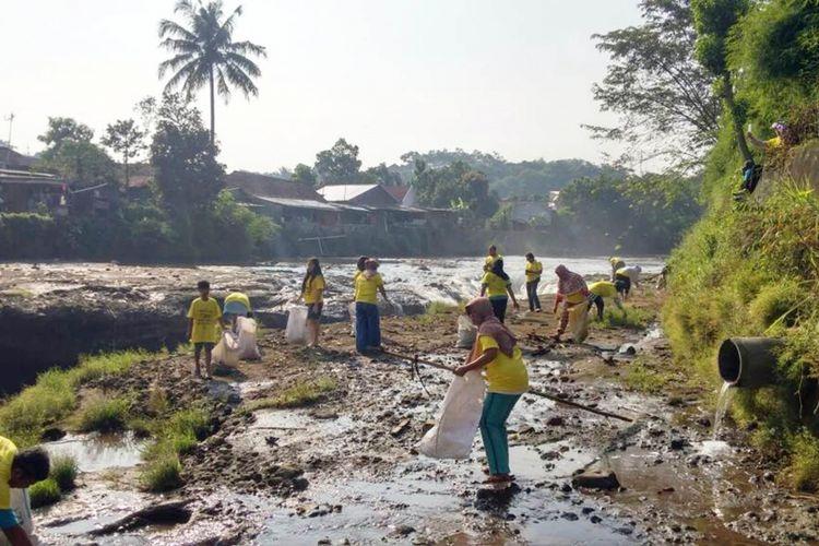 ilustrasi: Sejumlah warga sedang memungut sampah yang berada di bantaran sungai Ciliwung, Sabtu (20/5/2017).(Dokumentasi Komunitas Peduli Ciliwung)