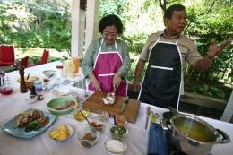 Calon presiden Megawati Soekarnoputri dan calon wakil presiden Prabowo Subianto mengisi hari tenang menjelang pemilu presiden dengan masak bersama di kediaman Megawati di kawasan Kebagusan, Jakarta Selatan, Selasa (7/7/2009). | Kompas/Totok Wijayanto