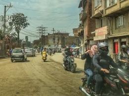 Bersepeda Motor Di Kathmandu Pembonceng Bebas Tanpa Helm Dan Jalan Tidak Beraspal | dokpri