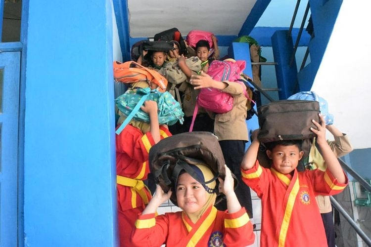 Para siswa SD Muhammadiyah 1 Wringinanom Gresik, saat diajarkan cara menyelamatkan diri ketika bencana gempa melanda.(KOMPAS.com / Hamzah)