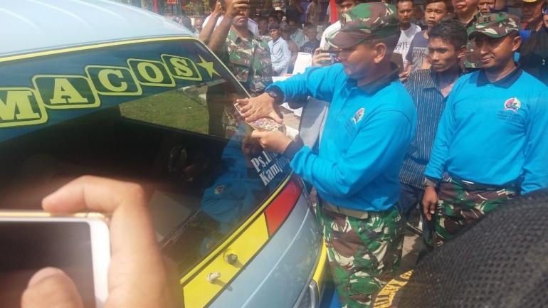 Danrem 032/Wirabraja, Brigjen TNI Kunto Arief Wibowo, didampingi Dandim 0312/Padang, Letkol Czi Rielman Yudha, memasangkan stiker tanda peserta lomba adu tangkas driver angkot se-Kota Padang, Rabu (7/8/2019).