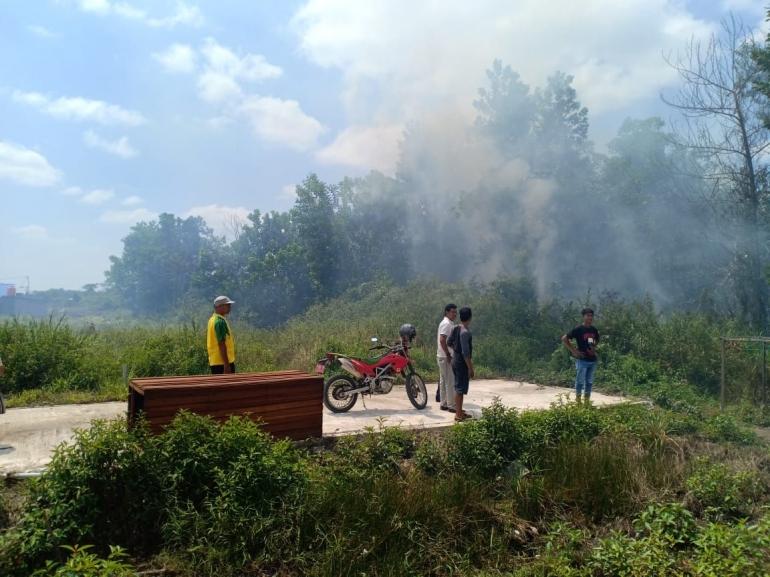 Karhutla di dekat pemukiman masyarakat jalan Karya Tani, Lingkar Kota Ketapang, Kalbar (3-4 /8/8/2019) kemarin. Foto: Desi/YP