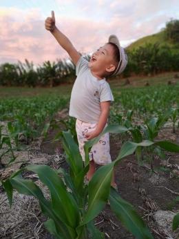 Anak saya saat di kebun jagung. Dokpri