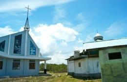 Masjid dan Gereja berdiri berdampingan di kampung nelayan perbatasan Minahasa Tenggara dan Bolaang Mongondow, Sulawesi Utara (dok. pri).