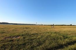 Lapangan bekas airport Tempelhof Berlin (diujung sana, terlihat bedeng kaya container yang dibangun untuk pengungsi)
