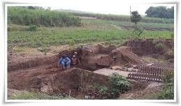 Ekskavasi arkeologi di Trowulan harus berpacu dengan pembuat batu (Foto: Watty Yusman)