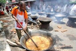 Proses pembuatan Kuah Beulangong, makanan khas Aceh yang disajikan gratis dalam Festival Kopi dan Kuliner Aceh 2016 di Banda Aceh, Aceh, Rabu (11/5/2016). Pemerintah Provinsi Aceh bersama Pemerintah Kota Banda Aceh menyelenggarakan Festival Kopi dan Kuliner Aceh 2016 pada 10-12 Mei 2016 untuk semakin memperkenalkan kopi dan kuliner Aceh ke wisatawan.(KOMPAS/ADRIAN FAJRIANSYAH)