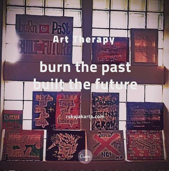 Deskripsi : Seni melukis bagian dari art therapy I Sumber Foto : dokpri RSKO Jakarta