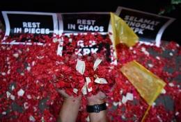 Warga yang tergabung dalam Koalisi Masyarakat Sipil Anti Korupsi menabur bunga di kantor KPK, Jakarta, Jumat (13/9/2019). Aksi tersebut sebagai wujud rasa berduka terhadap pihak-pihak yang diduga telah melemahkan KPK dengan terpilihnya pimpinan KPK yang baru serta revisi UU KPK.  (Antara Foto/Sigid Kurniawan)
