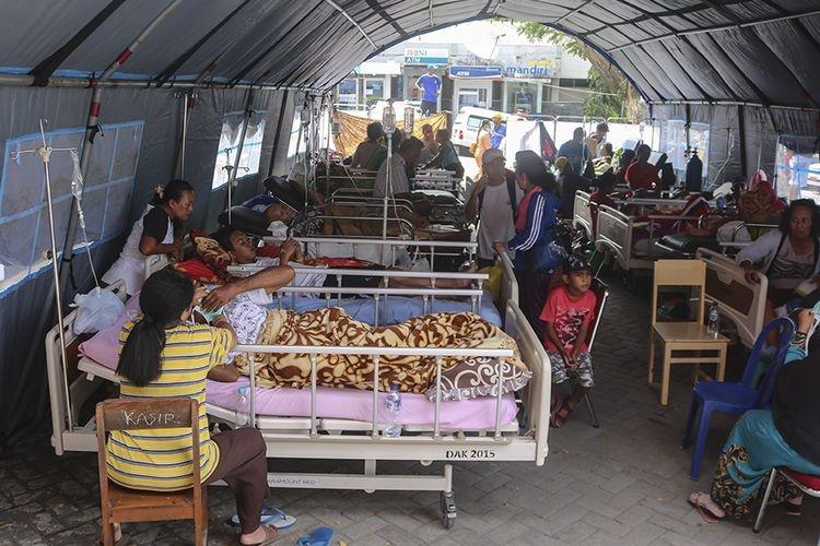 Sejumlah pasien menjalani perawatan di dalam tenda darurat di teras RSUD Haulussy, Ambon, Maluku, Kamis (26/9/2019). Sejumlah pasien kini menjalani perawatan di tenda-tenda yang dibangun di pelataran halaman parkir rumah sakit pascagempa bumi dengan kekuatan magnitudo 6,8. (ANTARA FOTO/IZAAC MULYAWAN)