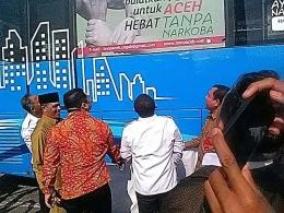 Dok. pribadi: Kepala BNN Pusat Komjen Pol Drs Heru Winarko SH, Kepala BNNP Aceh Brigjen Pol Drs H Faisal Abdul Naser MH beserta tamu VIP lainnya Menatap Tulisan Anti Narkoba