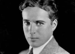 Charlie Chaplin tanpa riasan,1920 (biography.com)