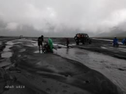 Pencari rumput yang terjebak lumpur pasir sedang ditolong Kompasianer Mas RAhab Ganendra. Dokpr