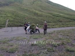 Pencari rumput yang motornya mogok sedang diajak bicara dengan Mas Rahab Ganendra. Dokpri