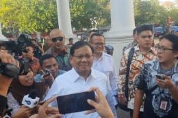 Ketua Umum Partai Gerindra Prabowo Subianto turut hadir di Istana Merdeka, Jakarta, Senin (21/10/2019). Ia datang bersama Waki Ketua Umum Partai Gerindra Edhy Prabowo. Keduanya kompak mengenakan kemeja putih lengan panjang KOMPAS.com/ Ihsanuddin