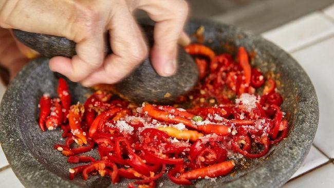 sambal paling sederhana terdiri dari lombok dan garam plus gula. | https://legaleraindonesia.com/