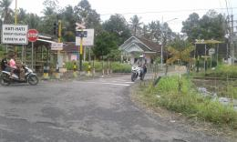 Perlintasan sebidang tanpa palang pintu di Kecamatan Glenmore Banyuwangi. (Fareh Hariyanto/kompasiana.com)