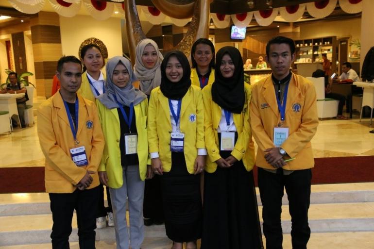 Mahasiswa Universitas Terbuka | Jaket almamater UT berwarna kuning. (Foto: ut.ac.id)