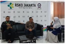 Deskripsi : Talkshow dengan tema 'Menulis di Era Digital' yg diawali dari pemikiran Ketua Komite Keperawatan RSKO Jakarta, Arief Hidayat, (kiri) I Sumber Foto : dokpri