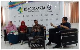 Deskripsi : Moderator Anung menanyakan apa keuntungan menulis I Sumber Foto : Komite Keperawatan RSKO Jakarta