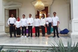 Presiden Jokowi bersama tujuh stafsus milenial (KOMPAS.com/Ihsanuddin)
