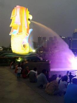 Patung Merlion disorot warna warni cahaya. (DOK. PRIBADI)