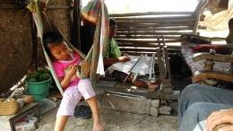 Mak Edon (60), Warga desa Blandongan, Banjar Harjo, Brebes, Jateng sedang menenun ditemani oleh cucunya | dokpri