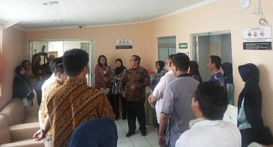 Deskripsi : Direktur RSKO Jakarta, dr. Azhar Jaya, SKM, MARS dalam kegiatan sosialisasi pentingnya vaksinasi Haji dan Umroh I Sumber Foto: dokpri