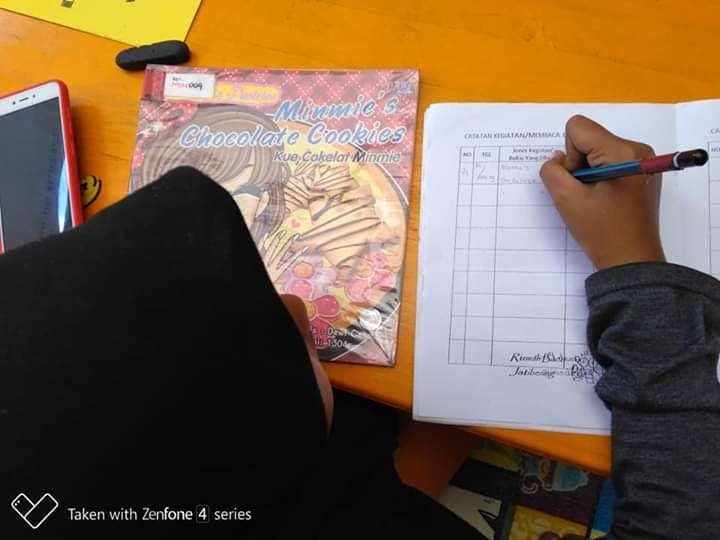 seorang pengunjung Rumah Baca Jatibening Bekasi yang sedang mengisi lembar anggota (dokumentasi Rumah Baca Jatibening)