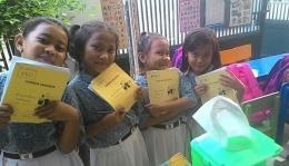 pengunjung Rumah Baca Jatibening dan lembar anggota mereka (dokumentasi Rumah Baca Jatibening)