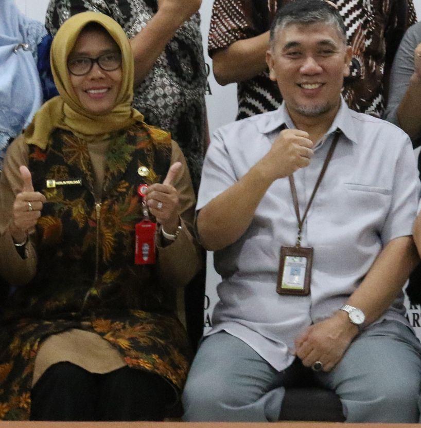 Deskripsi : Direktur RSJ Menur, dr.Herlin Ferliana M.Kes (kiri) dan Kasie Pelayanan Medik, dr.Budi Rahardjo M.Epid I Sumber Foto : dokpri