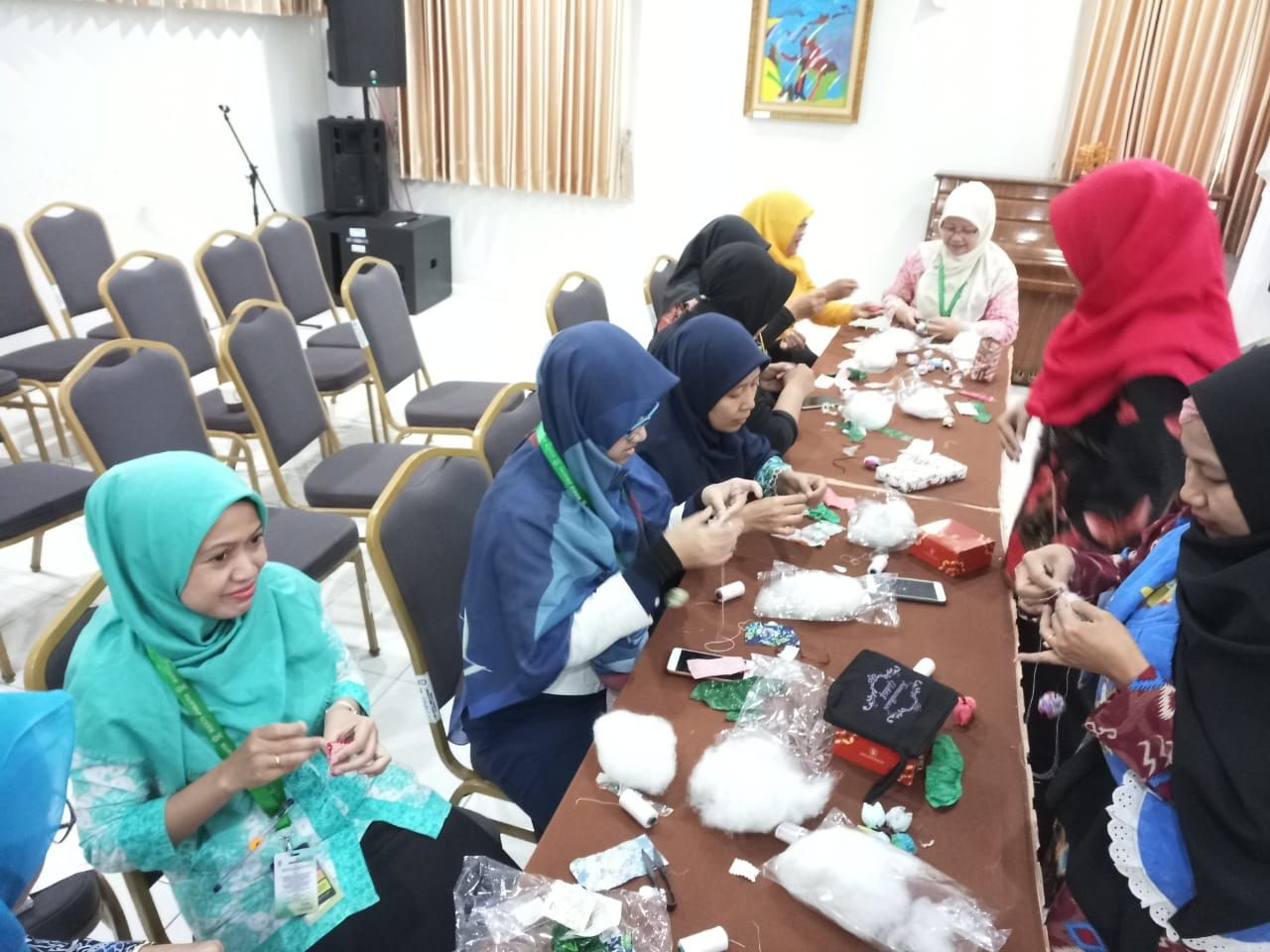 Deskripsi : Keterampilan tangan bertajuk workshop jari cantik yang dibimbing oleh ibu Mila Virminia perwakilan dari Dharma Wanita PPSDM Kemenkes RI I Sumber Foto : dokpri RSKO Jakarta
