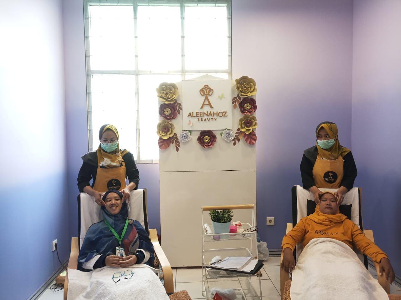 Deskripsi : Totok wajah bagian dari kegiatan yang diadakan oleh Dharma Wanita Persatuan RSKO Jakarta I Sumber Foto : dokpri RSKO Jakarta