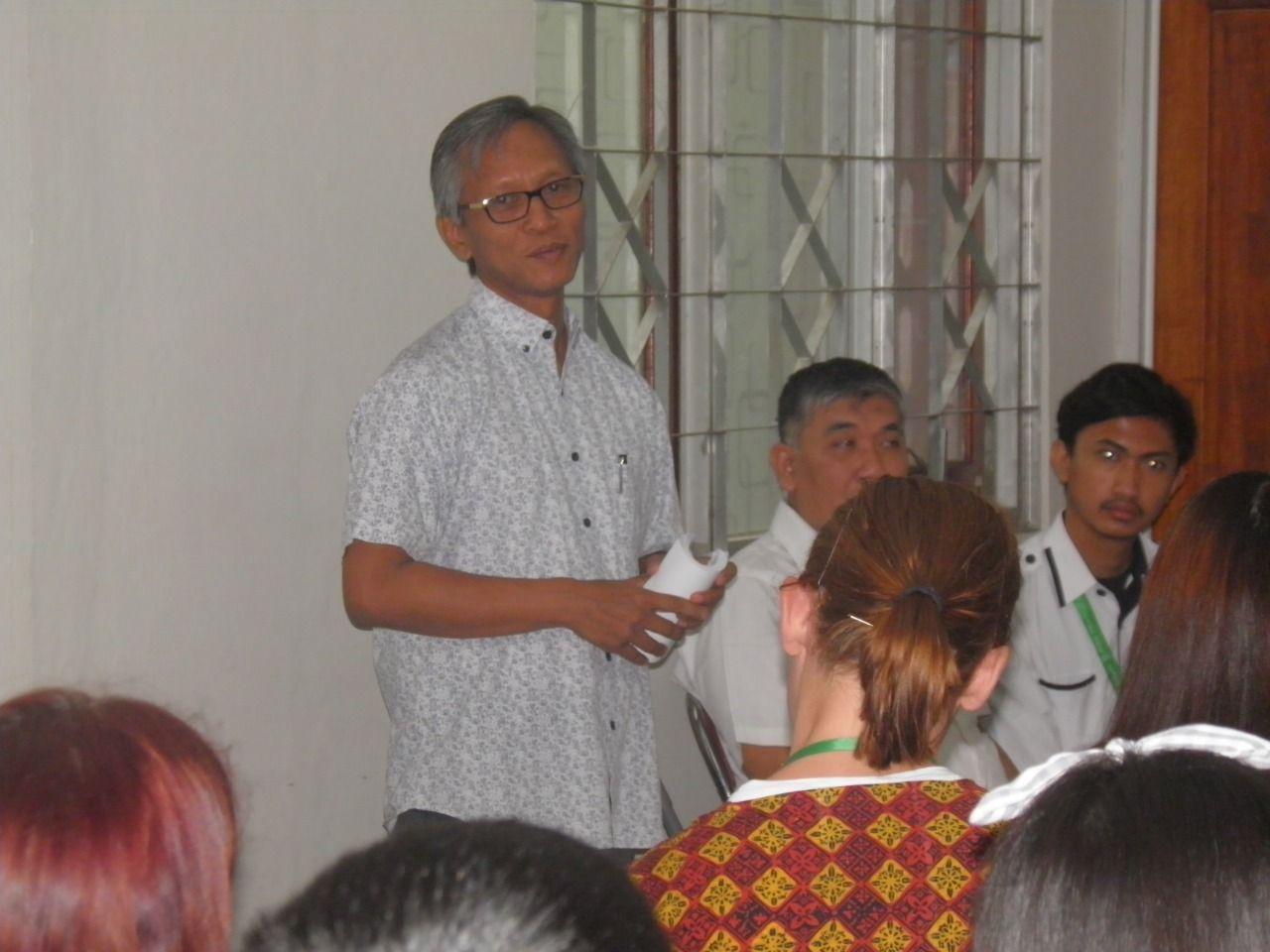 Deskripsi : Dadun, PhD, fasilitator dari FKM UI mendampingi peserta kunjungan I Sumber Foto : dokpri RSKO