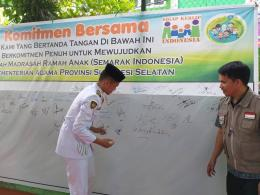 Perwakilan anak paskibra menandatangani ikrar Semarak Indonesia