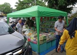 Jualan buku di rest area km 57| Dokumentasi pribadi