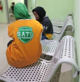 Petugas Layanan BPJS SATU mendatangai pasien JKN-KIS di rumah sakit untuk menanyakan apakah ada masalah terkait dengan layanan BPJS Kesehatan (Foto: Dok BPJS Kesehatan)