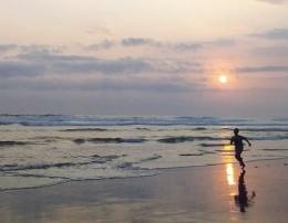 Berlari di bawah sunset cantik Pantai Parangtritis, DIY.