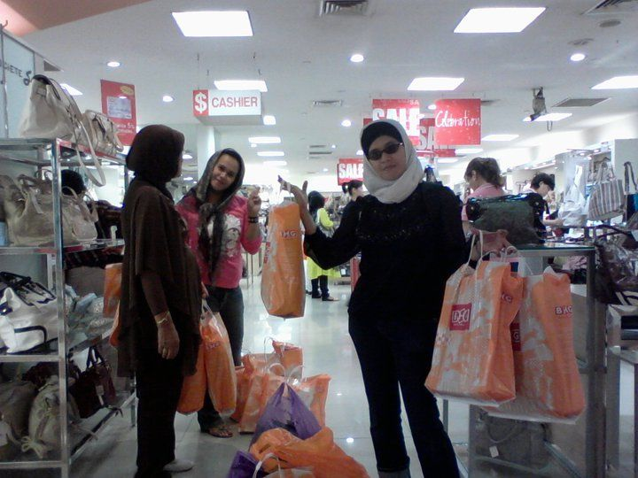 Shopping di salah satu mall Singapore (photo : DokPri)