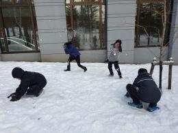 Keriangan anak-anak saat bermain salju di Rusutsu Ski Resort (dokpri)